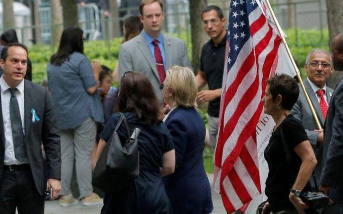 Người phụ nữ đi bên cạnh bà Clinton (tóc vàng) được cho là nữ điều dưỡng riêng. Ảnh: Reuters