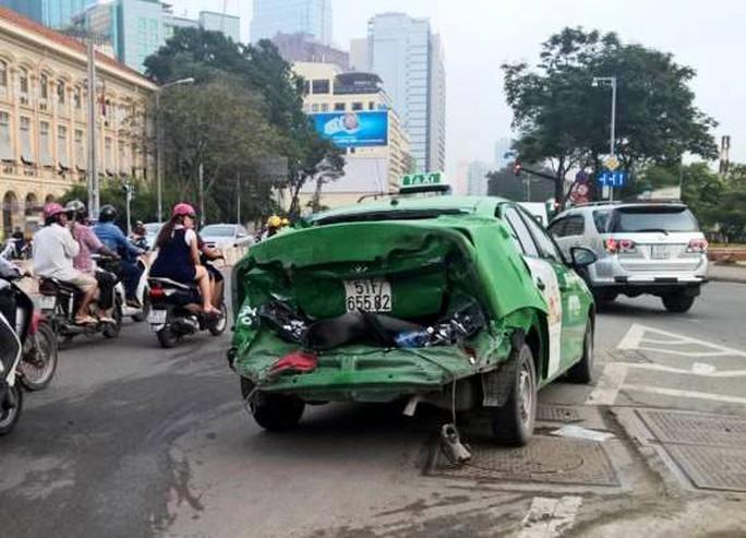 Một chiếc taxi bị tông hư hỏng phần đuôi (Ảnh: Bạn đọc cung cấp)