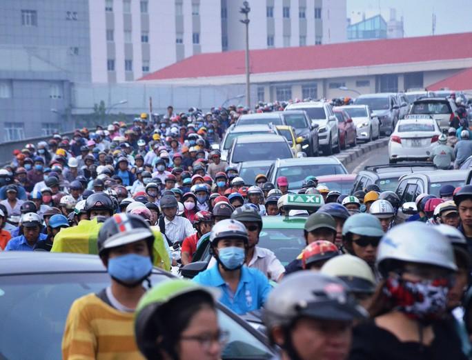 Cảnh kẹt xe kinh hoàng trên cầu Khánh Hội do ảnh hưởng từ vụ tai nạn