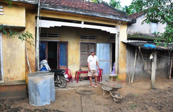 Dù căn nhà xuống cấp, ông Nguyễn Văn Trung (ngụ huyện Nghĩa Hành, tỉnh Quảng Ngãi) vẫn từ chối nhận hỗ trợ xây nhà vì cho rằng mức hỗ trợ quá thấp Ảnh: Tử Trực