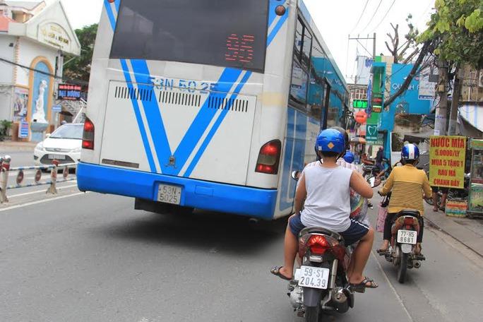 Chiếc xe buýt tấp vào trạm dừng trên đường Phan Văn Trị khiến nhiều người chạy xe máy phía sau phải dạt ra ngoài hoặc thắng gấpẢnh: Sỹ Đông