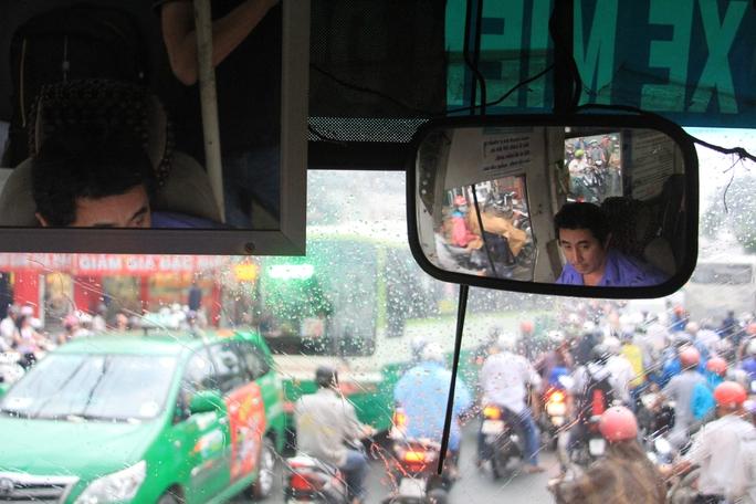 Tài xế Trần Kim Cường căng mắt lái xe vào giờ cao điểmẢnh: Sỹ Đông