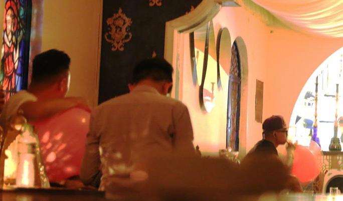 Một nhóm thanh niên sử dụng bóng cười trong quán shishaẢnh: Lê Phong
