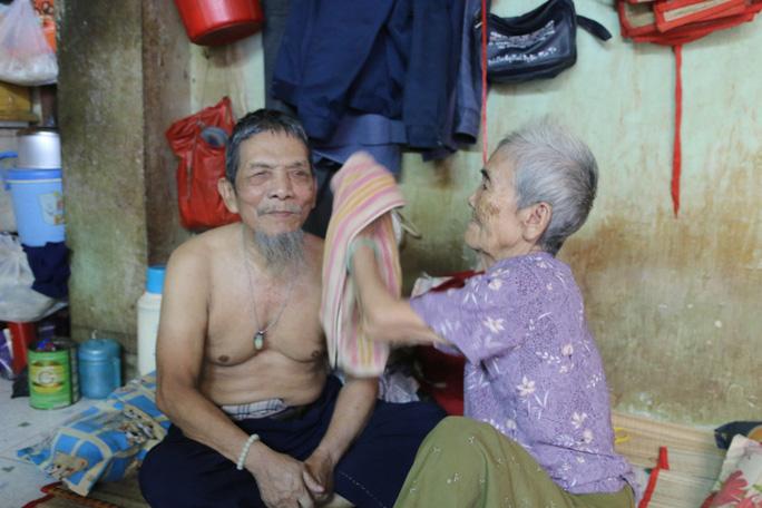 Ông Nguyễn Phải vừa bị mất vé số, được bà Lê Thị Hương lấy khăn lau nước mắt, động viên