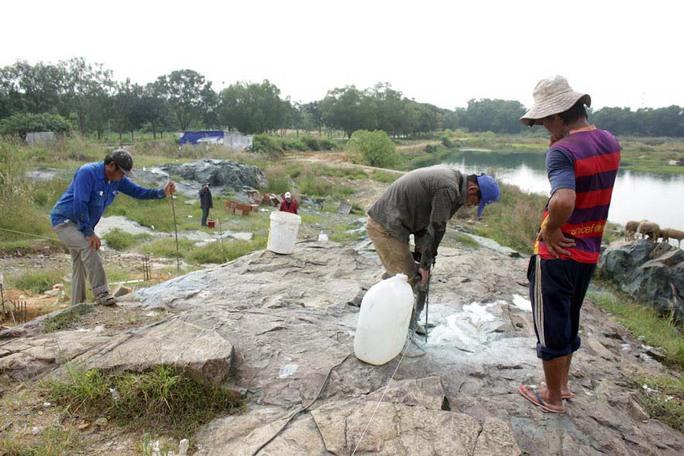 Công nhân đang thi công hàng rào chắn xung quanh khu vực bờ hồ Đá (ảnh chụp ngày 25-11)