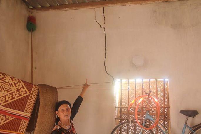 Nhiều nhà dân ở xóm Nam Thịnh bị hư hỏng do nổ mìn thi công trạm nghiền xi măng