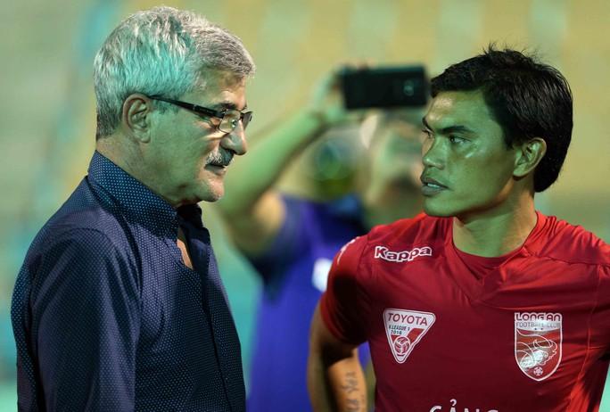 Tài Em trò chuyện với thầy cũ Calisto sau trận play-off khi Long An thắng Viettel, giành quyền chơi ở V-League 2017Ảnh: Quang Liêm