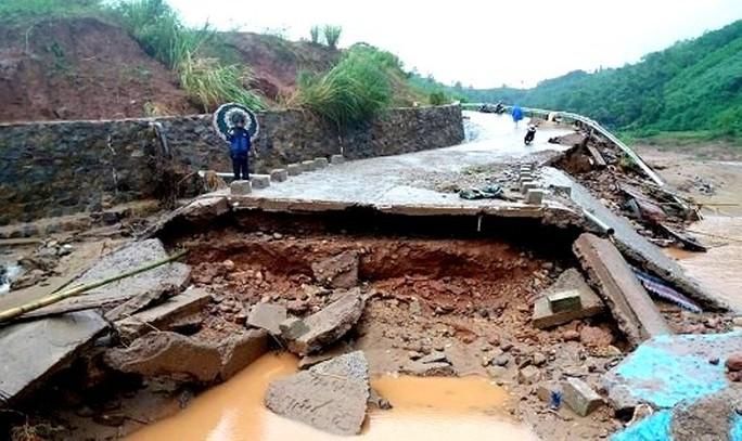 Hơn 100 hộ dân ở khu tái định cư Húc Nghì bị cô lập vì sập cầu tràn