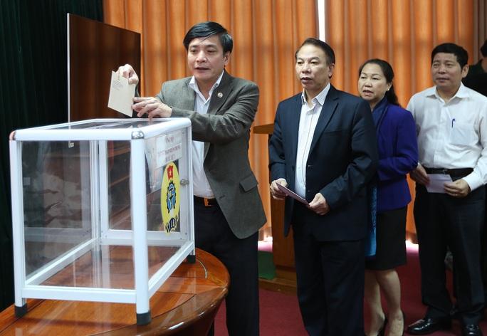 Chủ tịch Bùi Văn Cường (đứng đầu) cùng lãnh đạo, cán bộ, CNVC-LĐ cơ quan Tổng Liên đoàn, các đơn vị trực thuộc ủng hộ đồng bào miền Trung, Tây Nguyên bị thiệt hại do mưa lũ tại buổi lễ phát động