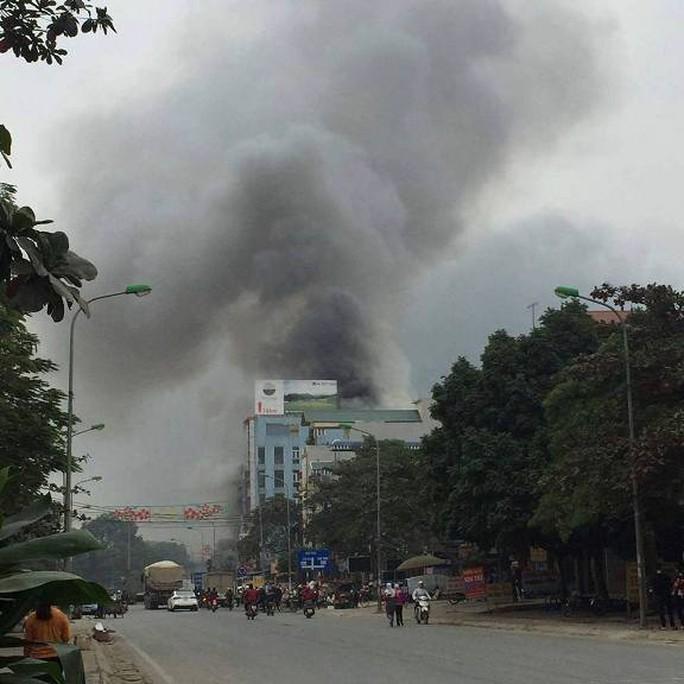 Cột khói từ vụ cháy lớn có thể nhìn thấy từ xa
