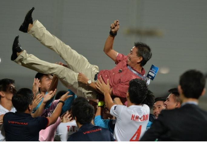 HLV Hoàng Anh Tuấn được học trò tôn vinh sau khi đánh bại chủ nhà Bahrain để giành vé dự World Cup U20 năm 2017