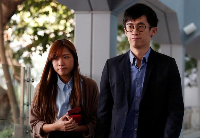 Sixtus Baggio Leung Chung-hang (phải) và Yau Wai-ching đến tòa án hôm 3-11 Ảnh: Reuters