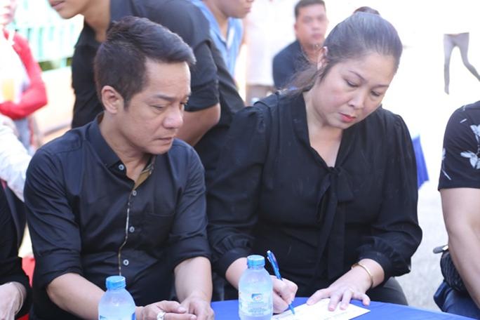 Nghệ sĩ Hồng Vân- Minh Nhí cùng đến viếng đồng nghiệp Minh Thuận