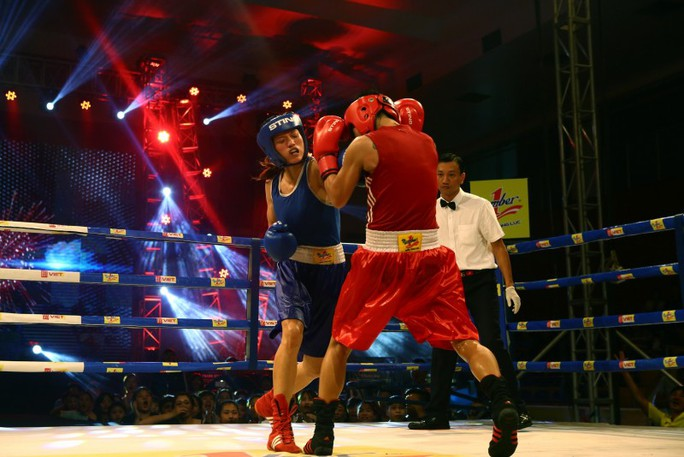 VĐV Trịnh Thị Diễm Kiều(Quân Đội) - áo đỏ trong trận đấu với Nguyễn Thị Tâm (Hà Nội) - áo xanh ở hạng cân 51 kg.