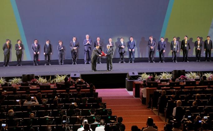Ông Nguyễn Văn Hùng, Chủ tịch HĐQT VSIP (bìa trái) trao biên bản ghi nhớ đầu tư cho lãnh đạo tỉnh Bắc Ninh