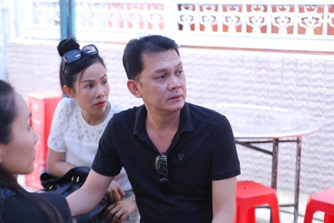 Nghệ sĩ Hữu Châu đến viếng đồng nghiệp đàn em Minh Thuận