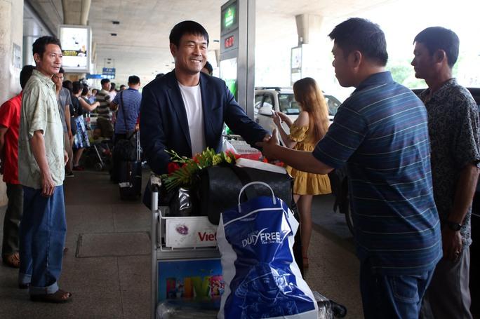 HLV Nguyễn Hữu Thắng tươi cười ở ngày về