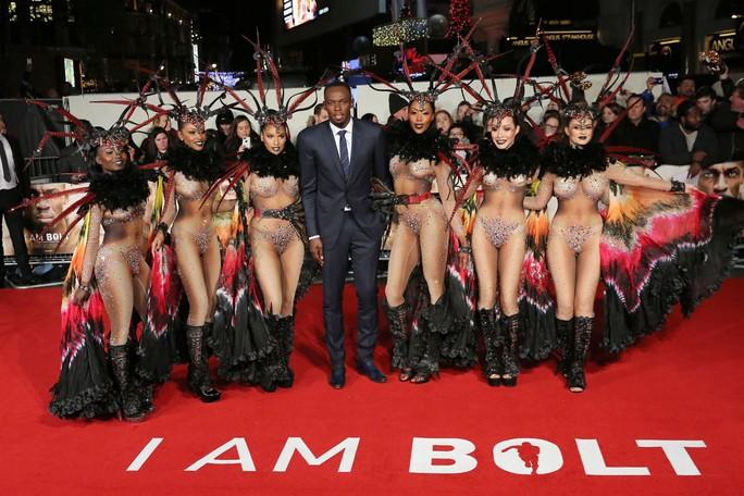 Usain Bolt đã thuê 6 người đẹp bikini vây quanh mình cho buổi lễ thêm hoành tráng