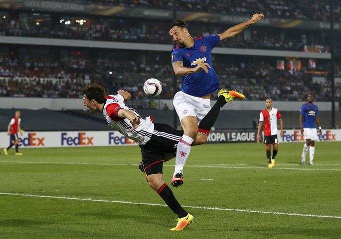 Zlatan Ibrahimovic cũng bất lực trước hàng phòng ngự của Feyenoord