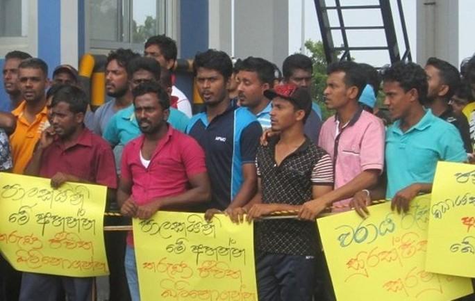 Công nhân cảng Hambantota biểu tình. Ảnh: Wsws