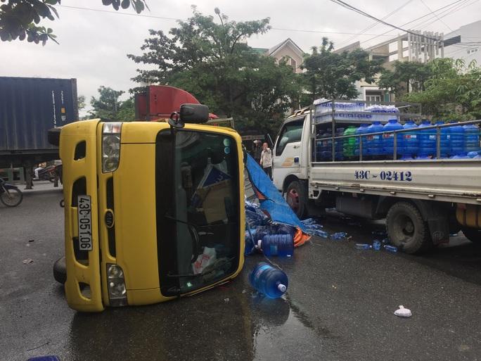Hiện trường chiếc xe tải bị lật sau khi xảy ra tai nạn liên hoàn