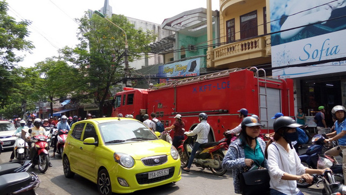 Quán karaoke bị cháy nằm trên con phố đông người qua lại