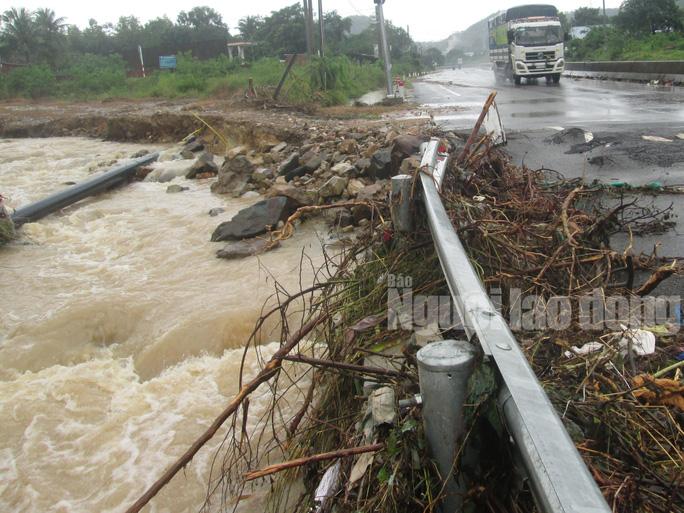 Mưa lớn khiến đường sá nhiều nơi bị sạt lở, hư hỏng. Quốc lộ 1 bị nước cày nát vào sáng 16-12