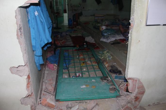 Hàng loạt cửa phòng bị học viên cai nghiện xô đổ, đập phá tan hoang