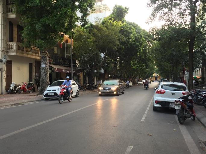 Nhiều ô tô dừng đỗ sai quy định trên phố Dã Tượng