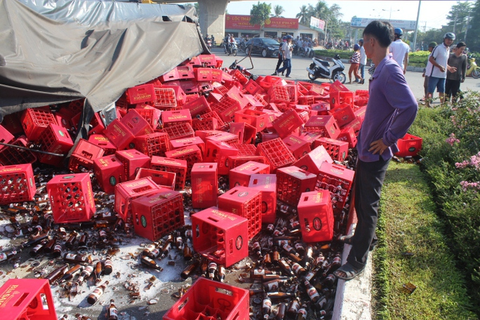 Hàng trăm két bia chai vỡ tràn trên đường