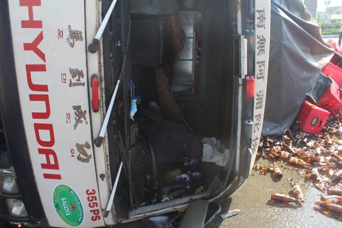 Buồng lái xe tải hư hỏng, may mắn tài xế bị thương nhẹ