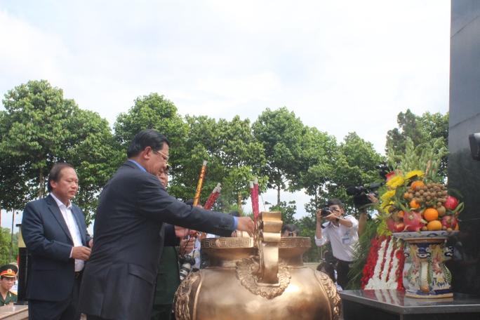 Thủ tướng Vương quốc Campuchia dâng hương tại nghĩa trang Khu di tích lịch sử Đoàn 125