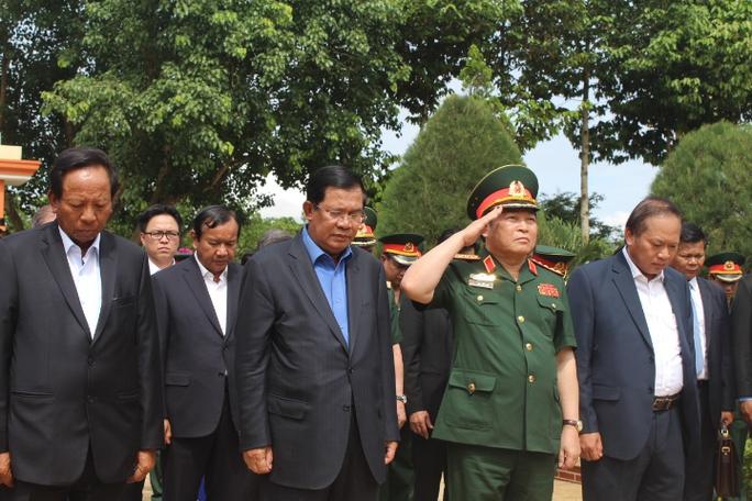 Thủ tường Hun Sen cùng các cán bộ cấp cao mặc niệm tưởng nhớ các chiến sĩ đã hy sinh