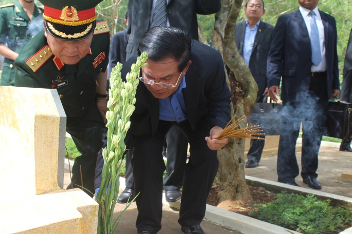Thủ tướng Hun Sen thắp hương trên 49 phần mộ các chiến sĩ Camphuchia đã hy sinh