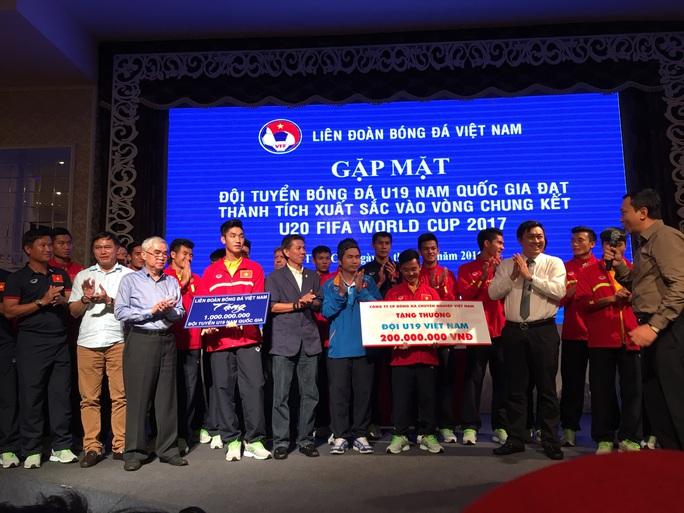 U19 Việt Nam vui mừng khi nghe phó chủ tịch VFF Trần Quốc Tuấn thông báo số tiền thưởng mới từ các Mạnh Thường Quân trao tặng