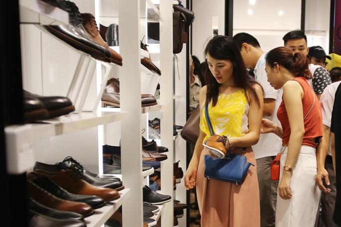 Chị Liên (ngụ quận 7) khá vui vẻ cho biết: Tôi khá ưng ý khi mua được 2 đôi giày của cửa hàng Nine West. Tại đây những đôi giày đã lỗi thời sẽ có khuyến mãi mua 1 tặng 1, trong khi đó những kiểu giày mới sẽ được giảm giá 40% .