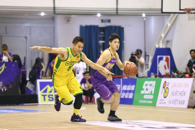 Tuyển thủ futsal ủng hộ bóng rổ