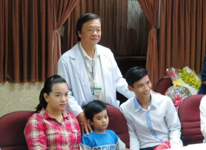 Gia đình M. bên BS Đào Trung Hiếu, người chủ trì ê kíp mổ cứu sống bé M.