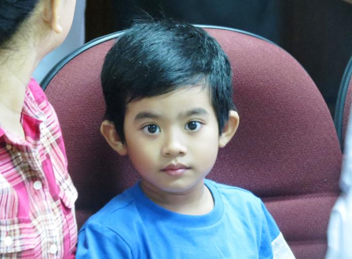 Cậu bé có gương mặt khôi ngô và rất dạn dĩ trước đám đông