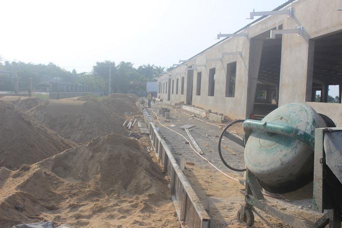 Dù ngày 3-10, Sở Xây dựng đề nghị tỉnh chỉ đạo thị xã Điện Bàn buộc dừng xây dựng nhưng khi phóng viên có mặt mới đây, nhà máy vẫn tiếp tục được xây