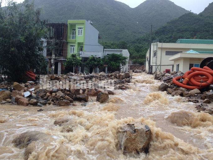 Nhiều nước từ khu vực mương thoát lũ Đường Đệ (phường Vĩnh Hòa) bị bể vào ngày 13-12 chảy ào ạt vào khu tái định cư khiến nhiều tuyến đường ở khu vực này ngập nước.