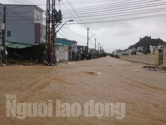 Nước từ mương thoát lũ bị bể chảy ào ạt vào khu tái định cư khiến nhiều tuyến đường Đường Đệ ngập nặng