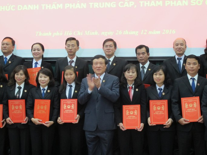 Chánh án TAND Tối cao Nguyễn Hòa Bình và các cán bộ trong số 130 người được bổ nhiệm chức danh thẩm phán sơ cấp và trung cấp