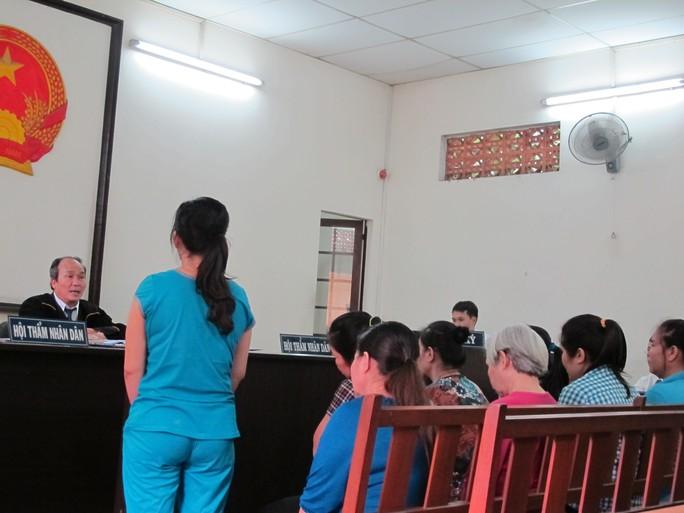 Bị cáo Liên (đứng) và các đồng phạm tại tòa