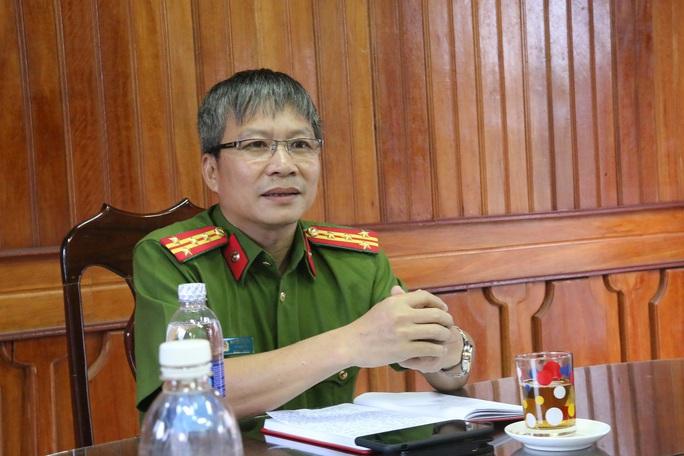 Đại tá Nguyễn Đức Dũng thông tin sự việc với báo chí
