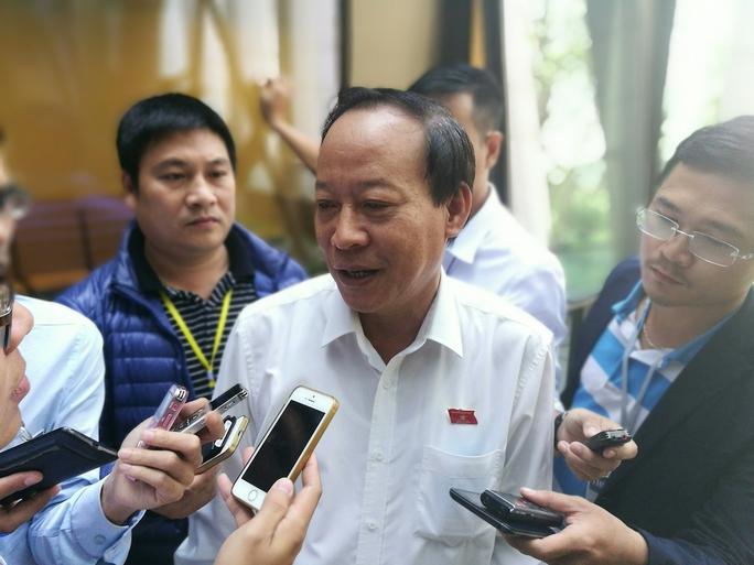 Thượng tướng Lê Quý Vương trả lời báo chí bên hành lang Quốc hội - Ảnh: Việt Đức