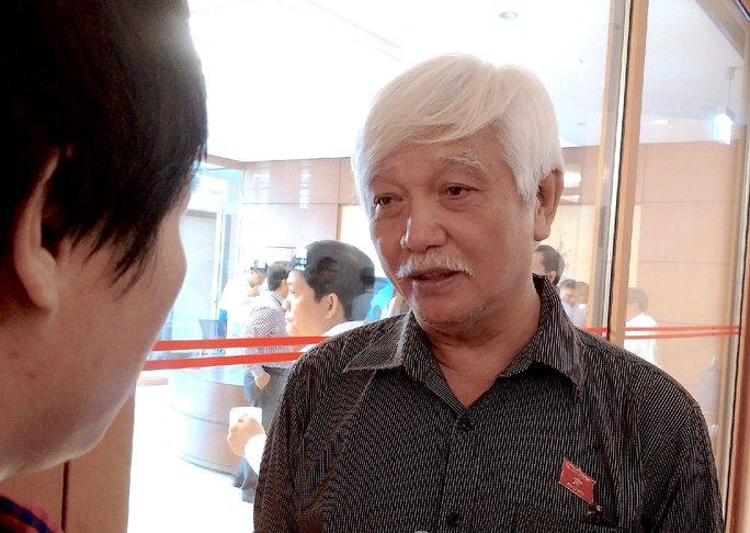 Ông Dương Trung Quốc bên hành lang QH ngày 7-11 - Ảnh: Nguyễn Quyết