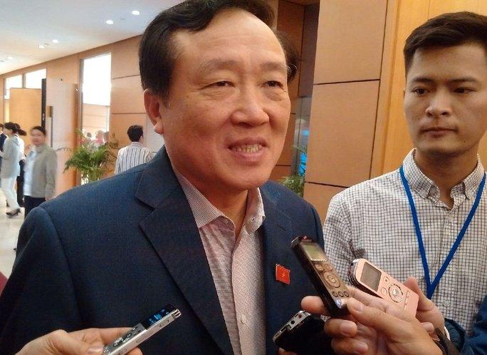 Chánh án TAND Tối cao Nguyễn Hòa Bình trao đổi với báo chí bên hành lang QH - Ảnh: Nguyễn Quyết