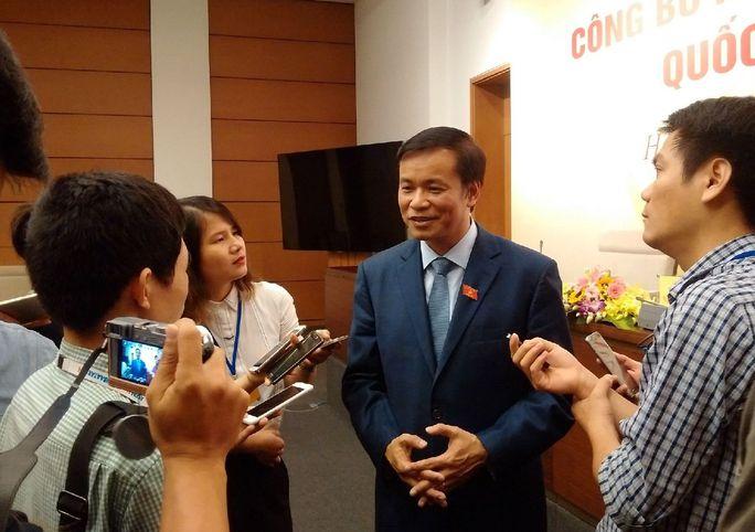 Ông Nguyễn Hạnh Phúc trao đổi bên lề buổi họp báo quốc tế sáng 23-11
