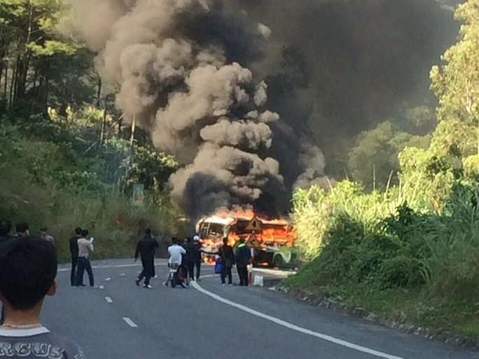 Xe khách 45 chỗ và xe máy cùng cháy dữ dội sau vụ tai nạn khiến nam thanh niên Hàn Quốc thiệt mạng - Ảnh: CTV